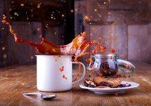 Café qui éclabousse sur la table qui représente le ras-le-bol, la fatigue d'une maman